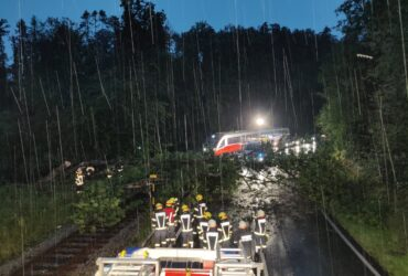 Gewitter warf Bäume über Bahngleise und Straße